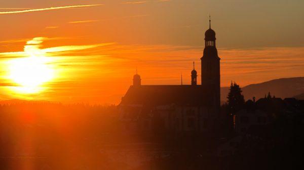 Die Pfarr- und Wallfahrtskirche Oberdorf (SO) im Abendlicht. (Foto: ufw)