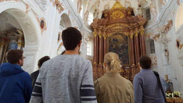 Jugendliche und junge Erwachsene bewundern das Innere der Jesuitenkirche in Luzern. (Foto: Renato d'Avila/«Living Stones» Schweiz)