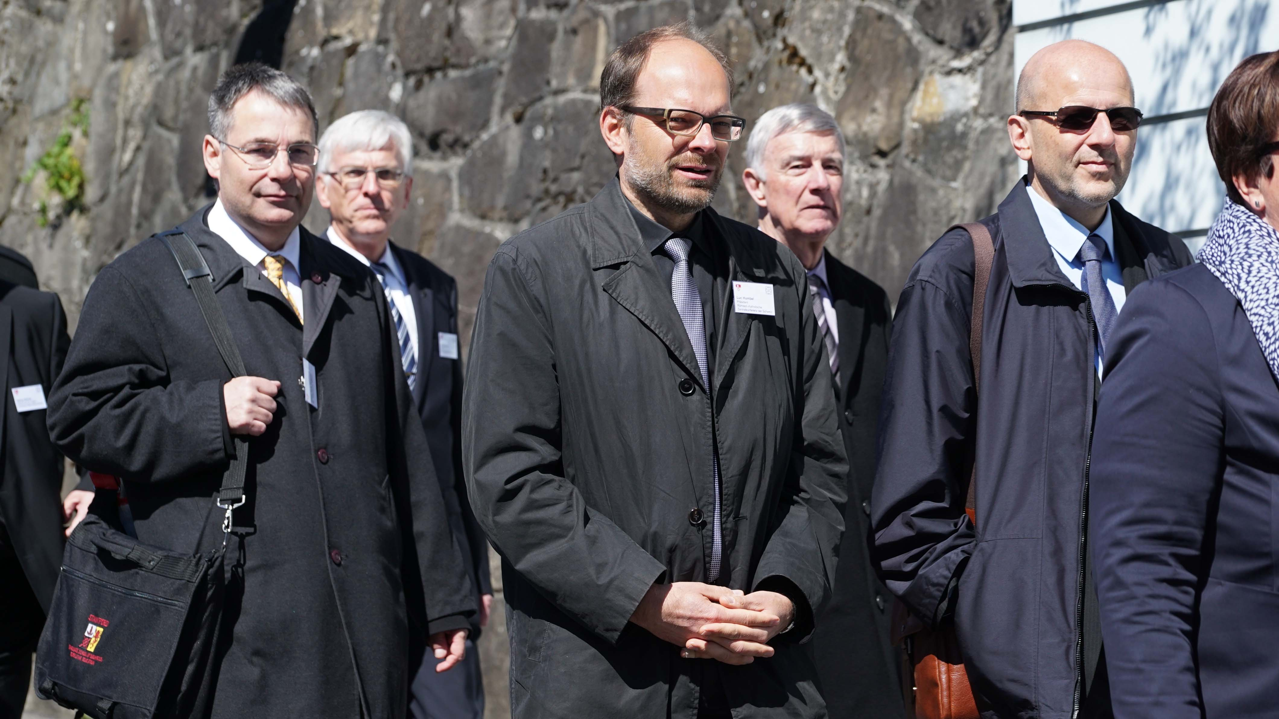 Staatsakt zu 600 Jahre Bruder Klaus in Sarnen. Hier v.l.r.: Urban Fink-Wagner, Geschäfstführer Inländische Mission;  Luc Humbel, Präsident RKZ; Paul Niederberger, Präsident Inländische Mission; Daniel Kosch, Generalsekretär RKZ. (© Vera Rüttimann)
