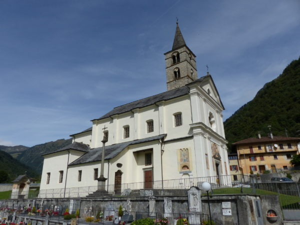 Die Kirche von Aquila (TI) von aussen. (Foto: Urban Fink)