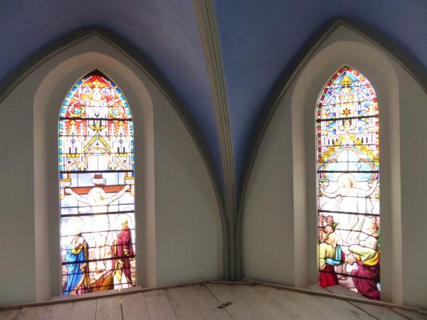 Glasfenster im Chor der Kirche Ardon. (Foto: Urban Fink)
