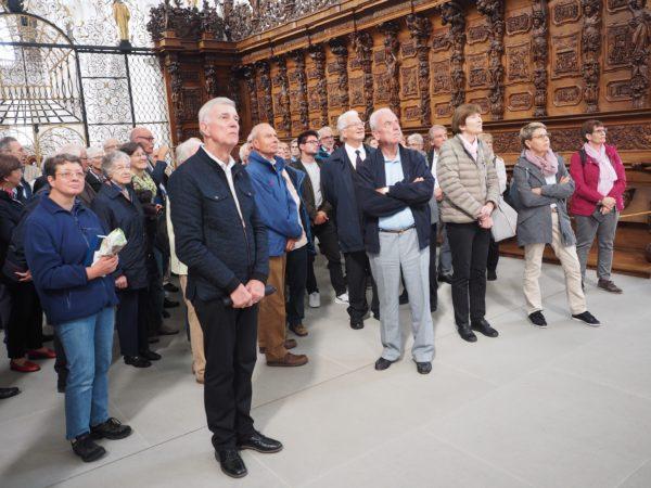 Grosse Aufmerksamkeit der Teilnehmenden am Kulturausflug 2019 für die eindrücklichen Ausführungen von Urs Staub über die Klosterkirche St. Urban. (Foto: Karl Duijts)