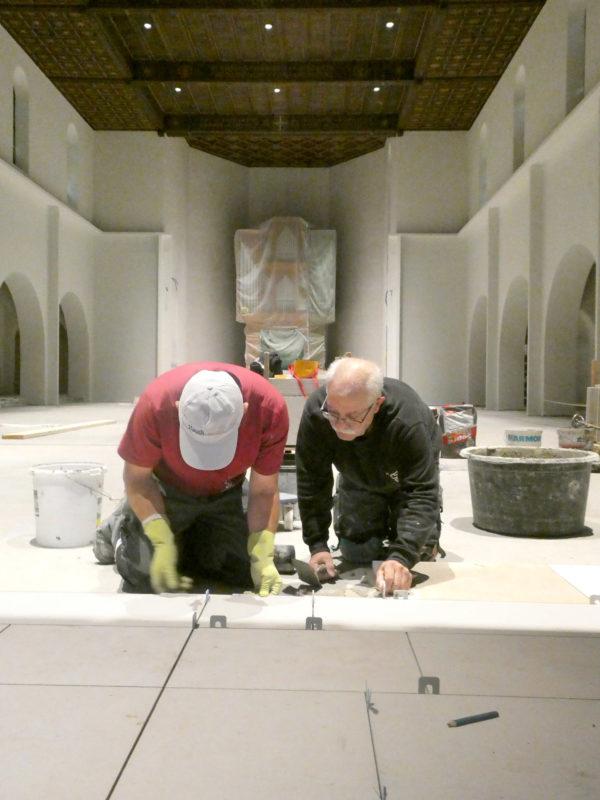 Zwei Bodenleger an der Arbeit in der Kirche Franz Xaver in Münchenstein (BL). (Foto: ufw)