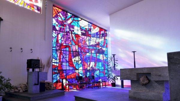 Le sanctuaire de l'église avec les beaux vitraux