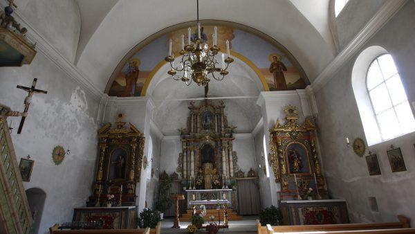 L'intérieur de l'église avec de jolis autels