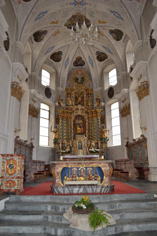Haupt- und Volksaltar der Kirche Reckingen – Autel du peuple et maître-autel de l'église Reckingen – L'altare maggiore e popolare della chiesa di Reckingen. (Foto/photo: Hans Peter Keller)