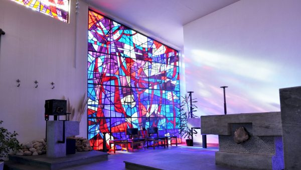 Il coro della chiesa con le sue belle vetrate