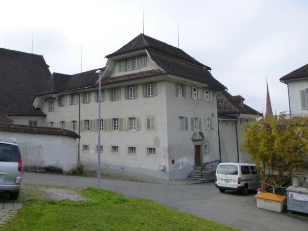 L'ingresso del monastero dal lato della montagna, in passato e attualmente! (Immagini: mad)